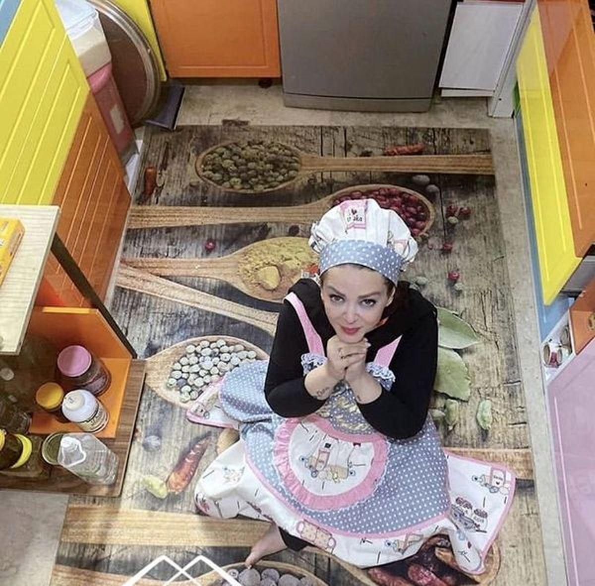 تیپ و لباس عروسکی بهاره رهنما در آشپزخانه لوکسش / عکس