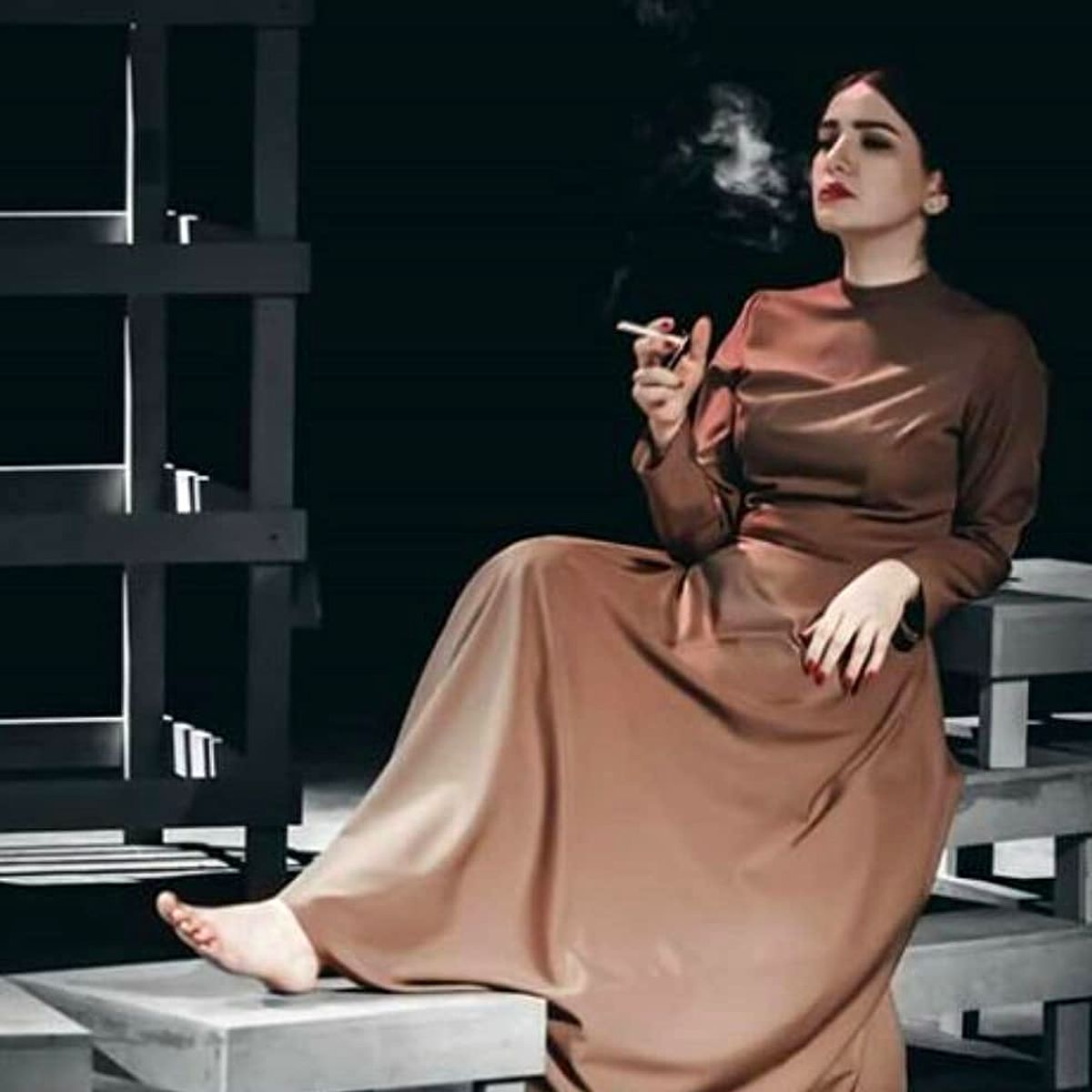 سیگار کشیدن متین ستوده با پیراهنی تنگ + عکس