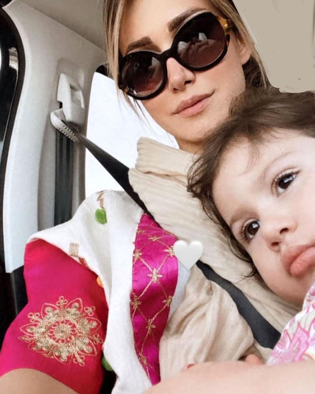 عکس بی حجاب و ناجور همسر شاهرخ استخری در ماشین