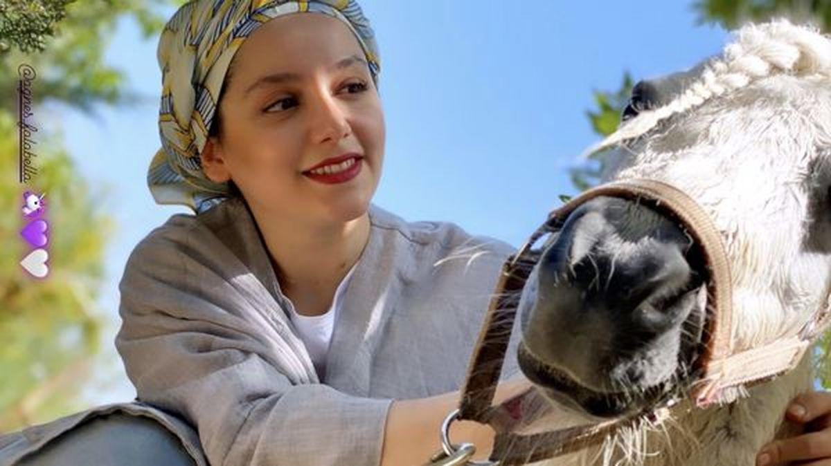 عکس بی حجاب نازنین بیاتی در کنار اسب گرانقیمتش