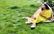 خوابیدن و دراز کشیدن سانیا سالاری روی چمن ها با پیراهن کوتاه + عکس