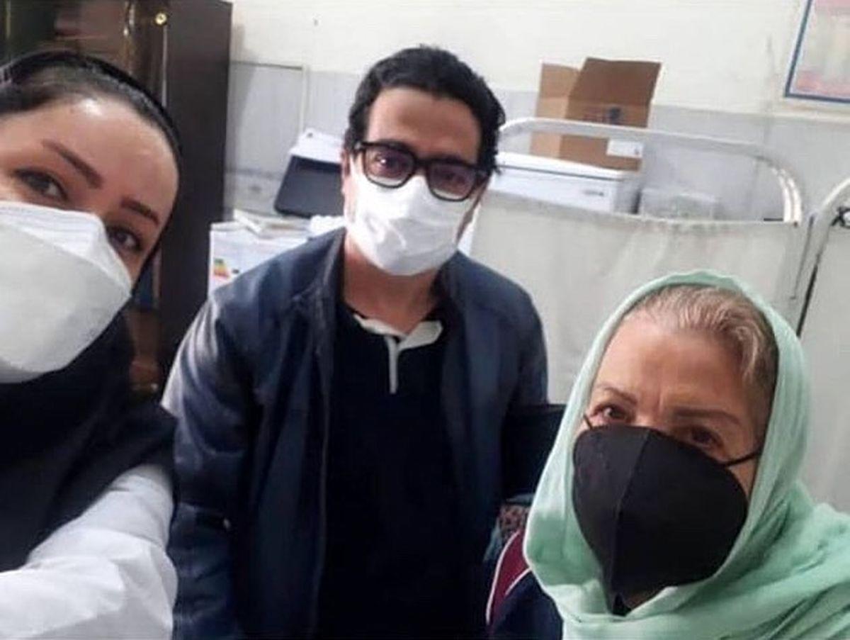 همایون شجریان در کنار مادرش در حال تزریق واکسن رونا +عکس
