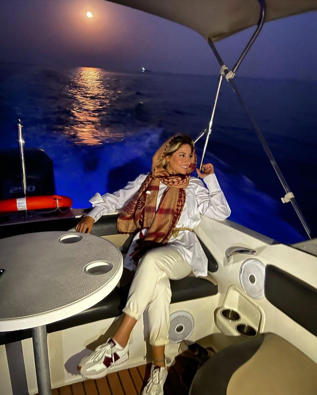 شلوار کوتاه و پاهای برهنه همسر بابک جهانبخش در کشتی+ عکس